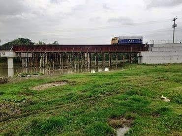 চুয়াডাঙ্গার দামুড়হুদায় মাথাভাঙ্গা নদীর উপর নির্মানাধীন সেতুর কাজ চলছে দ্রুত গতিতে