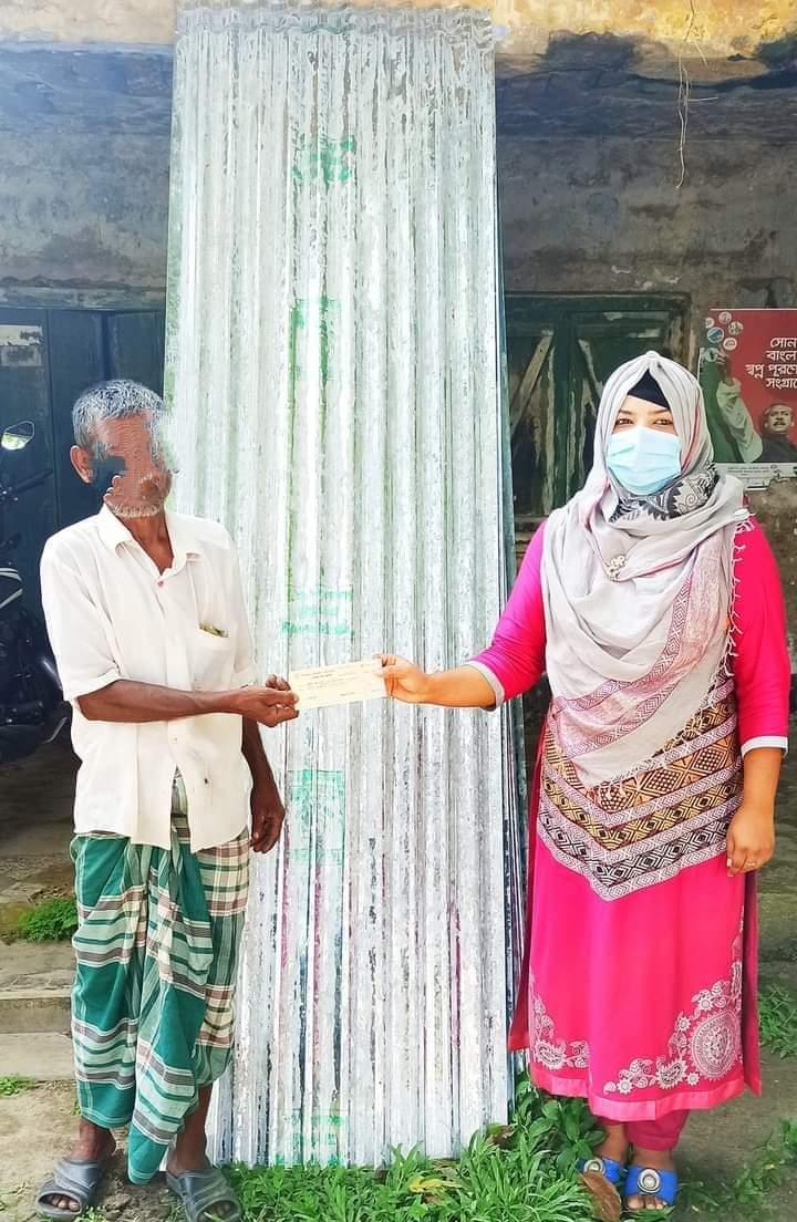 দামুড়হুদা উপজেলায় অগ্নিকান্ডে ক্ষতিগ্রস্হ ব্যক্তিকে টিন প্রদান