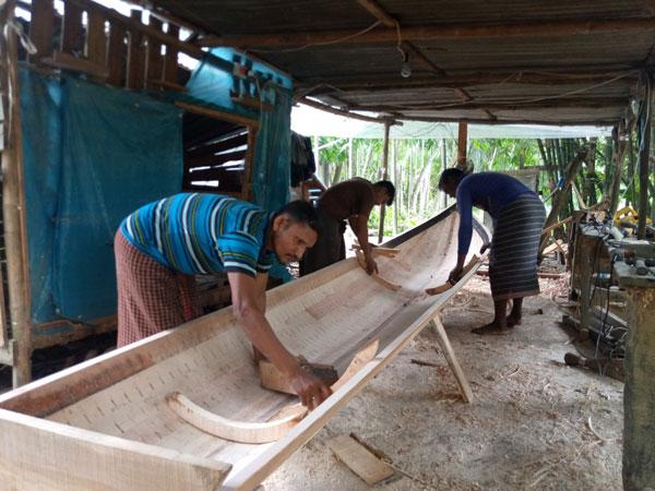 যশোরে নৌকা তৈরিতে ব্যস্ত কারিগররা
