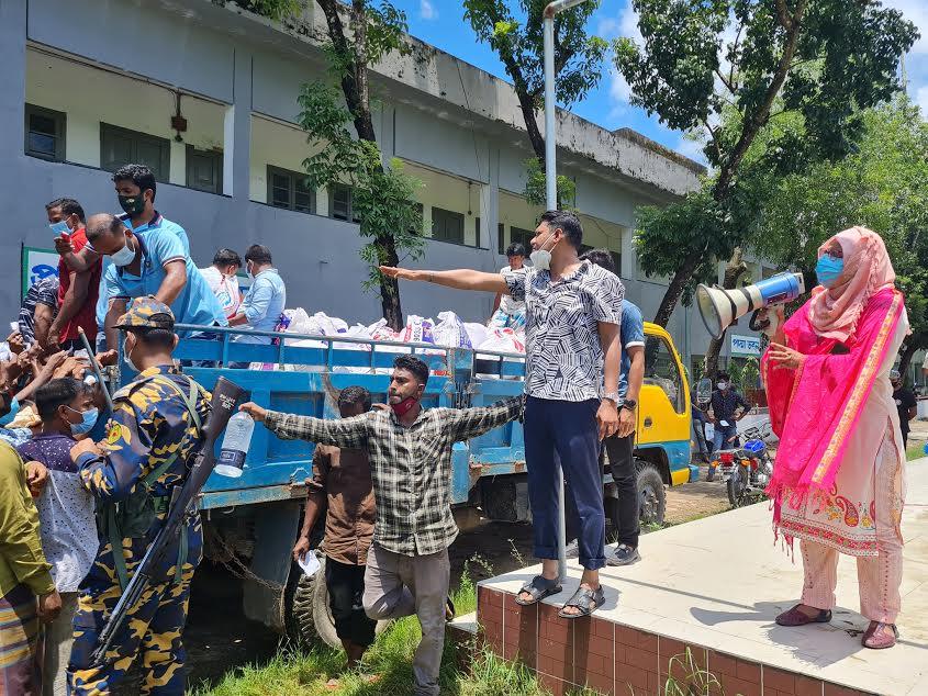নোয়াখালীতে কর্মহীন পরিবহন শ্রমিকদের খাদ্য সহায়তা