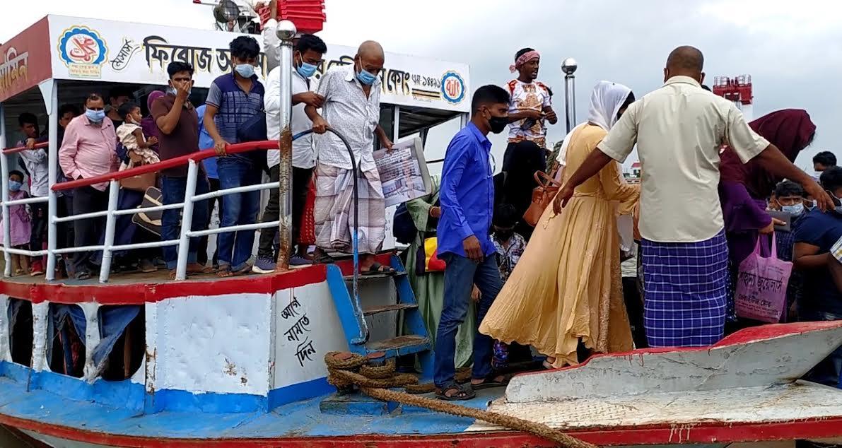 বাংলাবাজার-শিমুলিয়া ঘাটে লঞ্চে যাত্রী চাপ বাড়লেও কমেছে দুর্ভোগ
